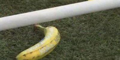 La última víctima fue Manuel Neuer, quien este sábado recibió varios de estos frutos desde las gradas. Foto:Twitter @BayernHome