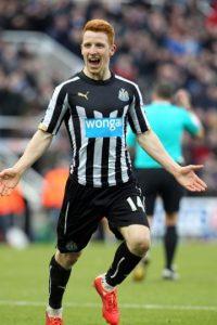 En 2014 decidió no renovar su contrato con el Sunderland y fichó por el Newcastle, eterno rival de su hoy ex equipo. Foto:Getty Images