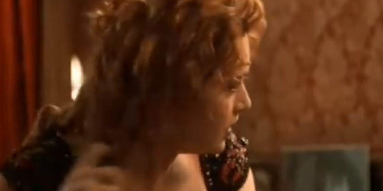 Desesperada por estar así y no hallar a su criada, comienza a quitarse todo ella misma. Luego corre a suicidarse. Foto:Fox