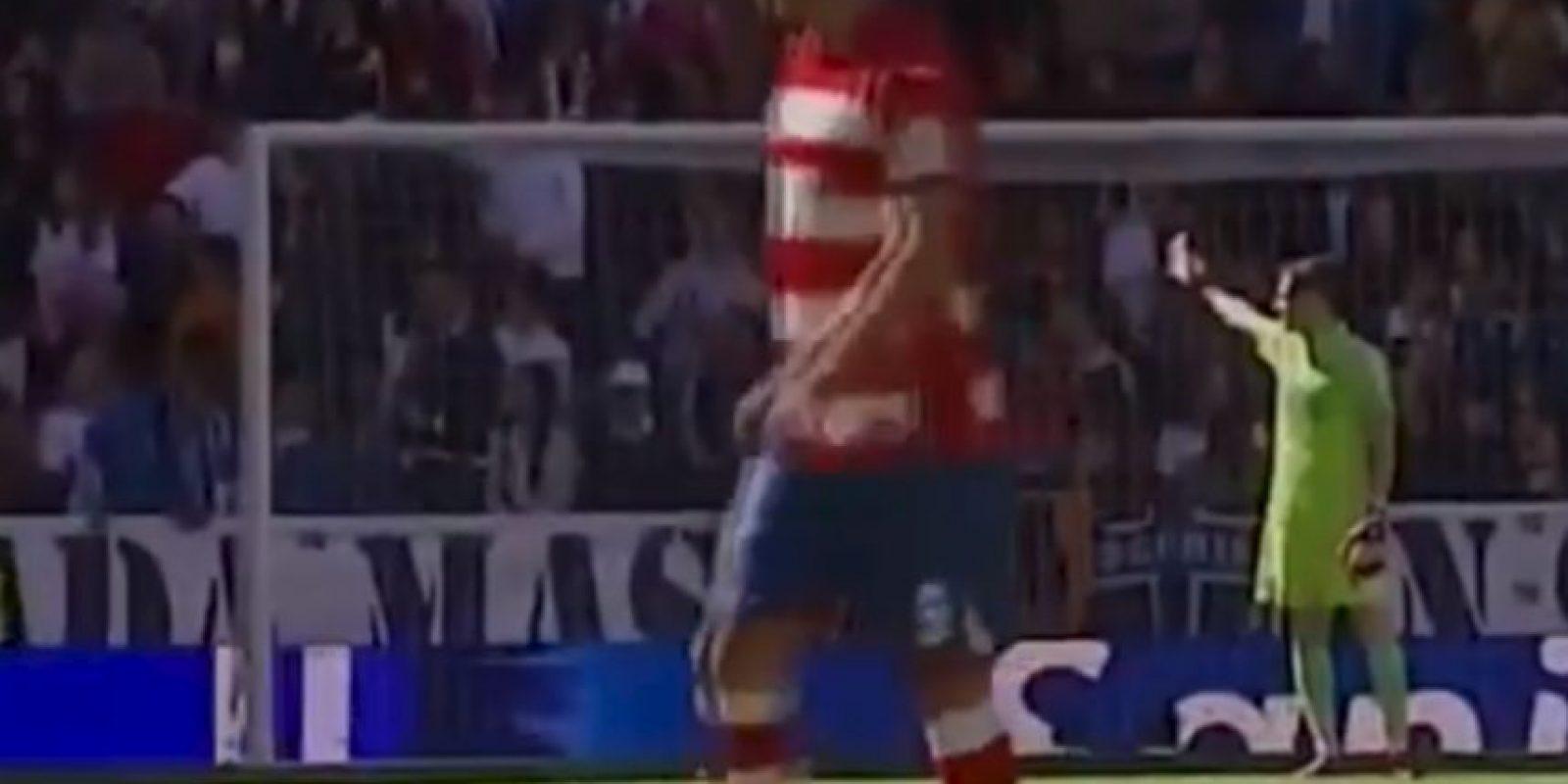 Tras un disparo del rival, el arquero se percató de un incidente en las tribunas y volteó constantemente para saber de qué se trataba. Foto:YouTube Football HD