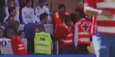Por seguridad, el niño fue llevado a la enfermería del estadio para revisión médica. Foto:YouTube Football HD