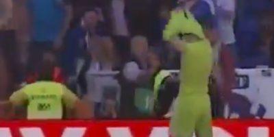 Cuando volvió a las tribunas, el portero del Real Madrid decidió hacerle un regalo al final del partido. Foto:YouTube Football HD