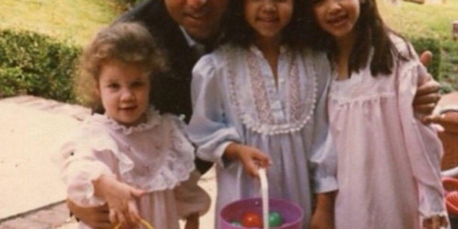 Kim Kardashian compartió esta imagen de un día de pascua con sus hermanas cuando eran pequeñas y su padre, el fallecido abogado Robert Kardashian. Foto:Vía Instagram @KimKardashian