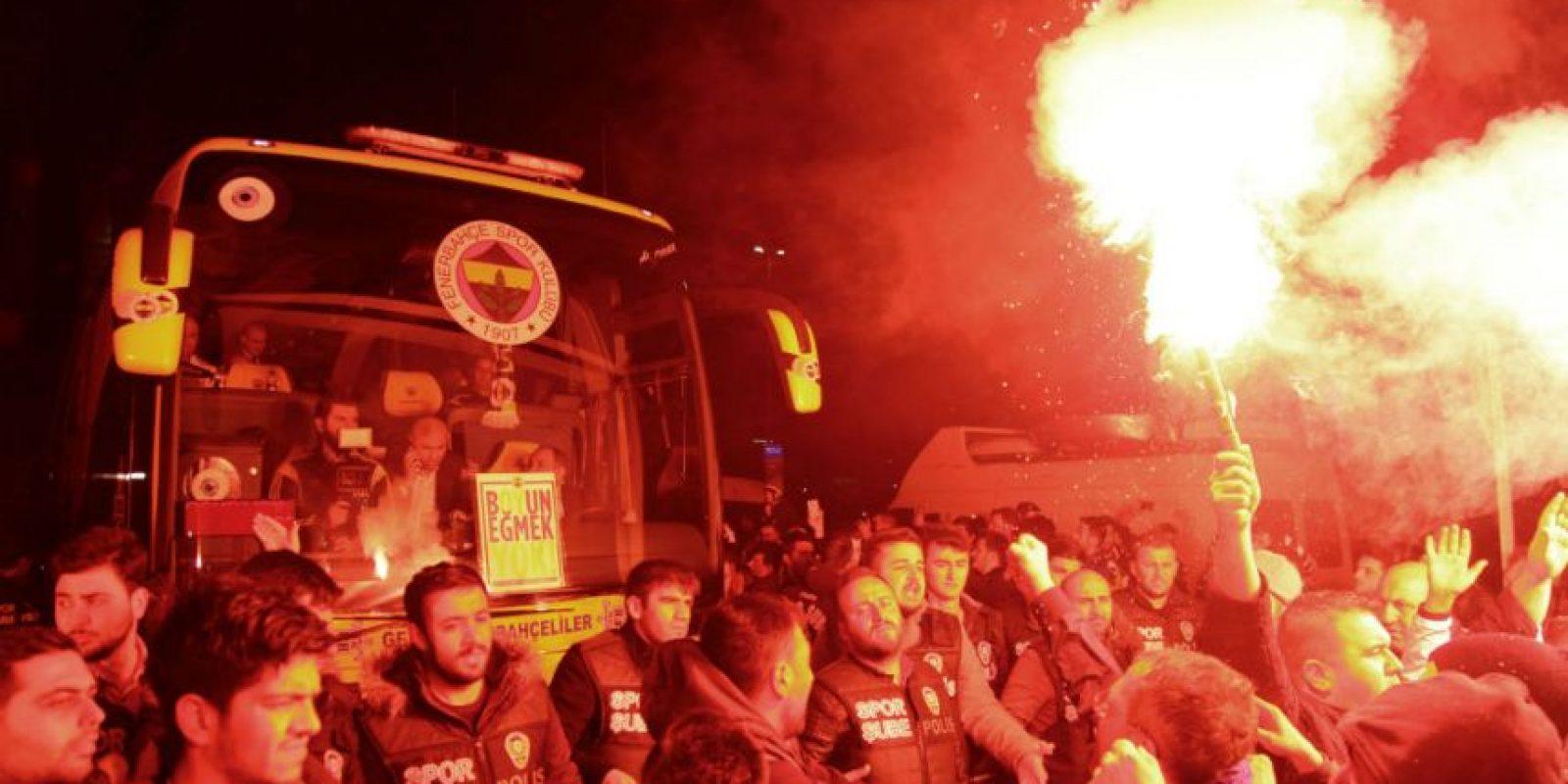 Los seguidores del Fenerbahçe se reunieron en el aeropuerto a esperar a su equipo, después del ataque. Foto:AFP