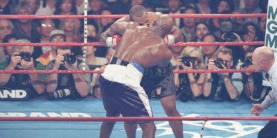 Inolvidable también es la mordida de Mike Tyson a Evander Holyfield Foto:Getty Images