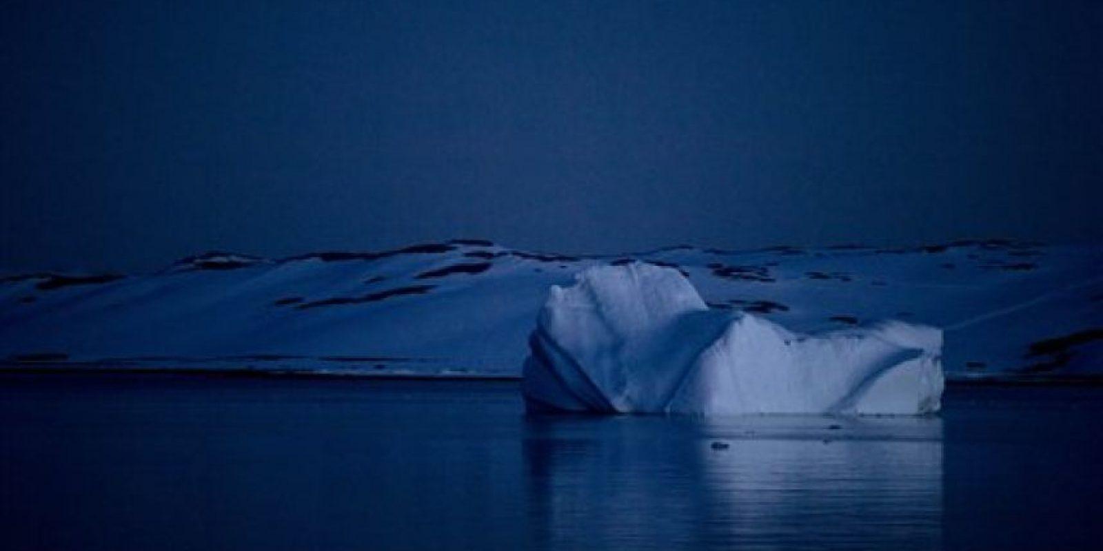 En esta fotografía del 25 de enero de 2015, un iceberg flota cerca de la península Byers de la Antártida, en la isla Livingston, en el archipiélago de las islas Shetland del Sur. Muy debajo del hielo se encuentra un mundo frío y desolado que, según todos los indicios, debería estar totalmente desprovisto de vida. Pero recientemente, científicos que investigan el hielo que se derrite descubrieron peces y creaturas parecidas a los camarones. Y en áreas que no han quedado expuestas a la luz del sol por millones de años, los científicos hallaron una sorpresa: el ADN de una creatura microscópica que parece una combinación de oso, manatí y ciempiés. Foto:AP Photo/Natacha Pisarenko