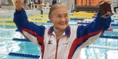 VIDEO. Anciana de 100 años logra un récord en natación