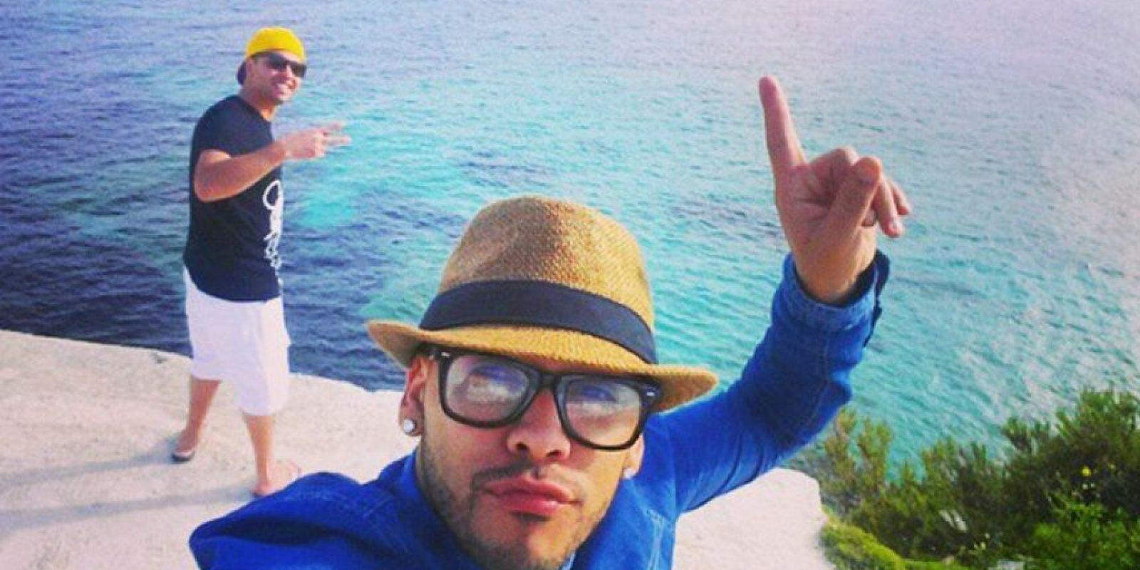 Tiene un look muy similar al del futbolista del Barcelona Foto:Instagram: @tarabaisantos