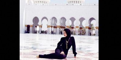 """En noviembre de 2013 fue expulsada de la mezquita de Abu Dhabi, tras posar """"irrespetuosamente"""" para una sesión fotográfica dentro de este centro religioso. Foto:Instagram @badgalriri"""