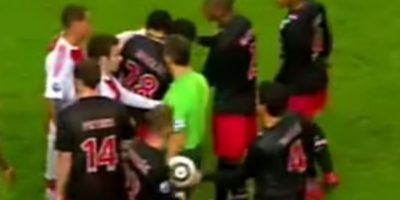 En 2010, cuando formaba parte del Ajax, mordió al holandés Otman Bakkal Foto:Youtube: Eredivisie