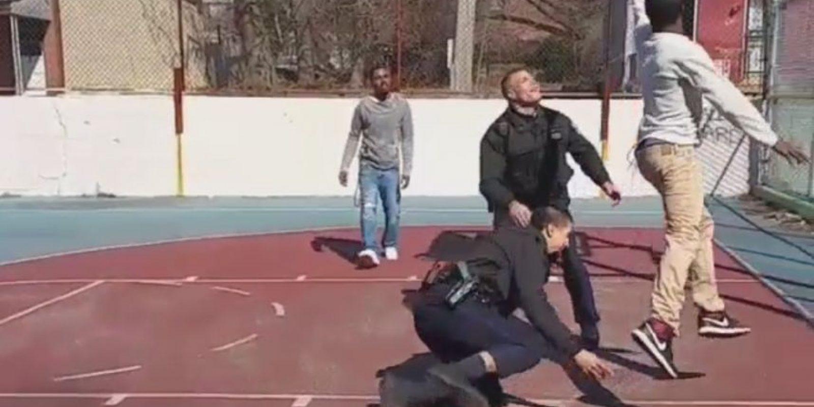 Un policía inclusive se cae. Foto:instagram.com/shallo_tattoo_kiing