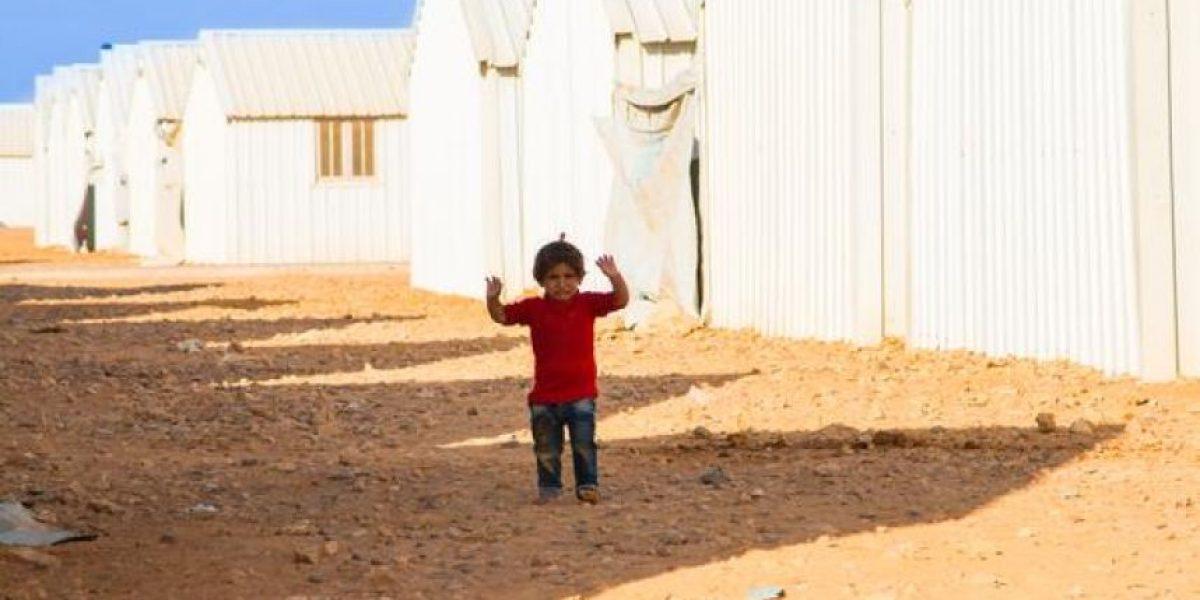 FOTO: Otra niña en Siria confunde cámara con arma y se rinde ante ella
