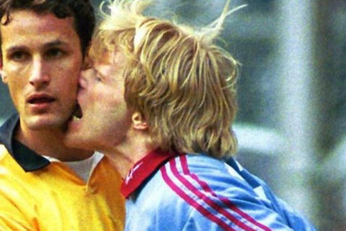 El exportero alemán Oliver Kahn mordió a Heiko Herrlich, ex del Borussia Dortmund, en 1999 Foto:Twitter