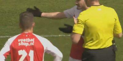 Uno de ellos se lesionó y tuvo que salir del campo, pero su entrenador prefirió reemplazarlo. Foto:Vía YouTube FootballNews