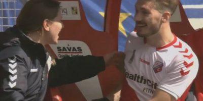 El lesionado no se dio cuenta del movimiento y volvió a la cancha. Foto:Vía YouTube FootballNews