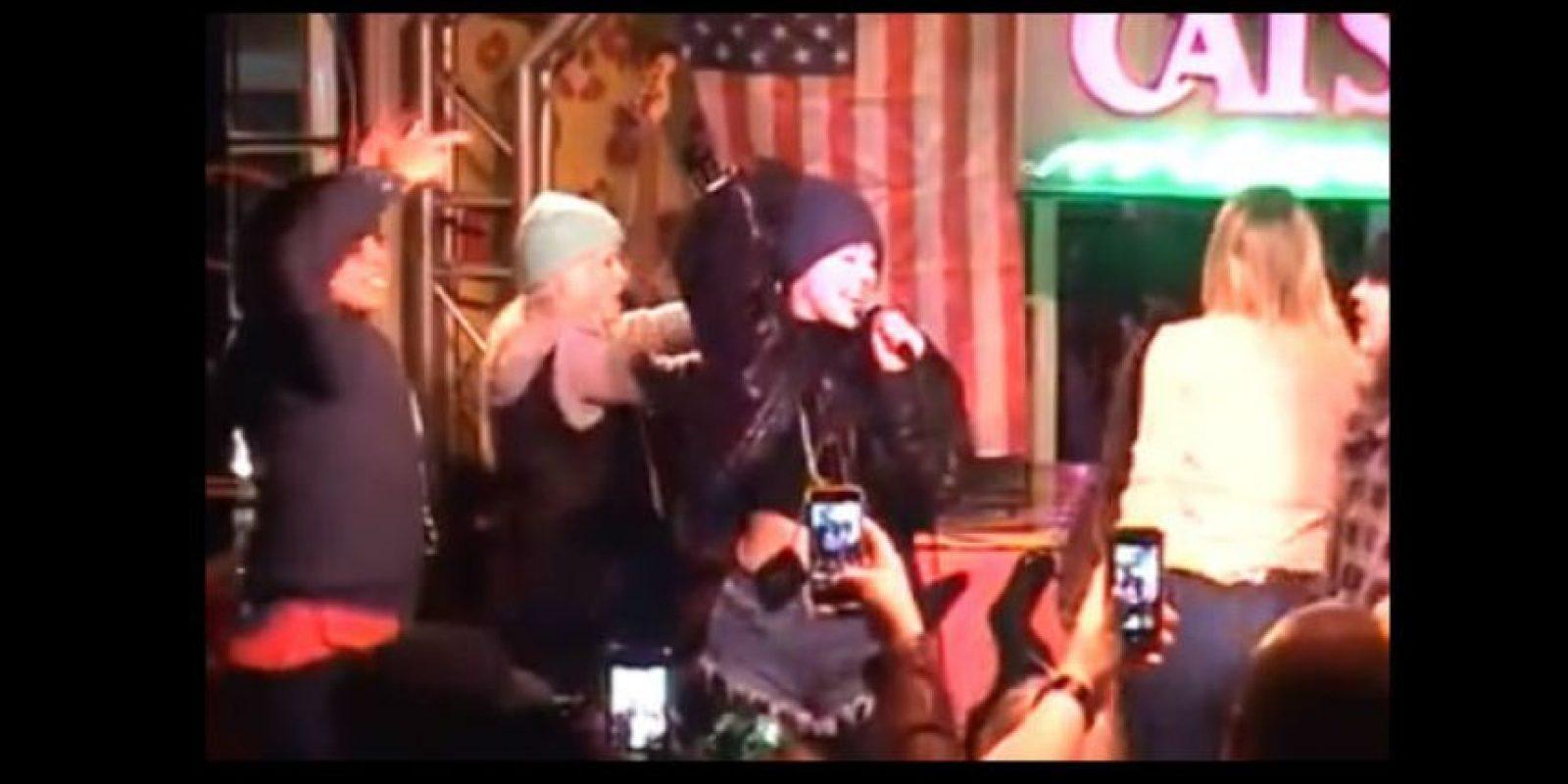 Miley Cyrus más allá de cantar se dedicó a divertirse en el karaoke Cats Foto:YouTube