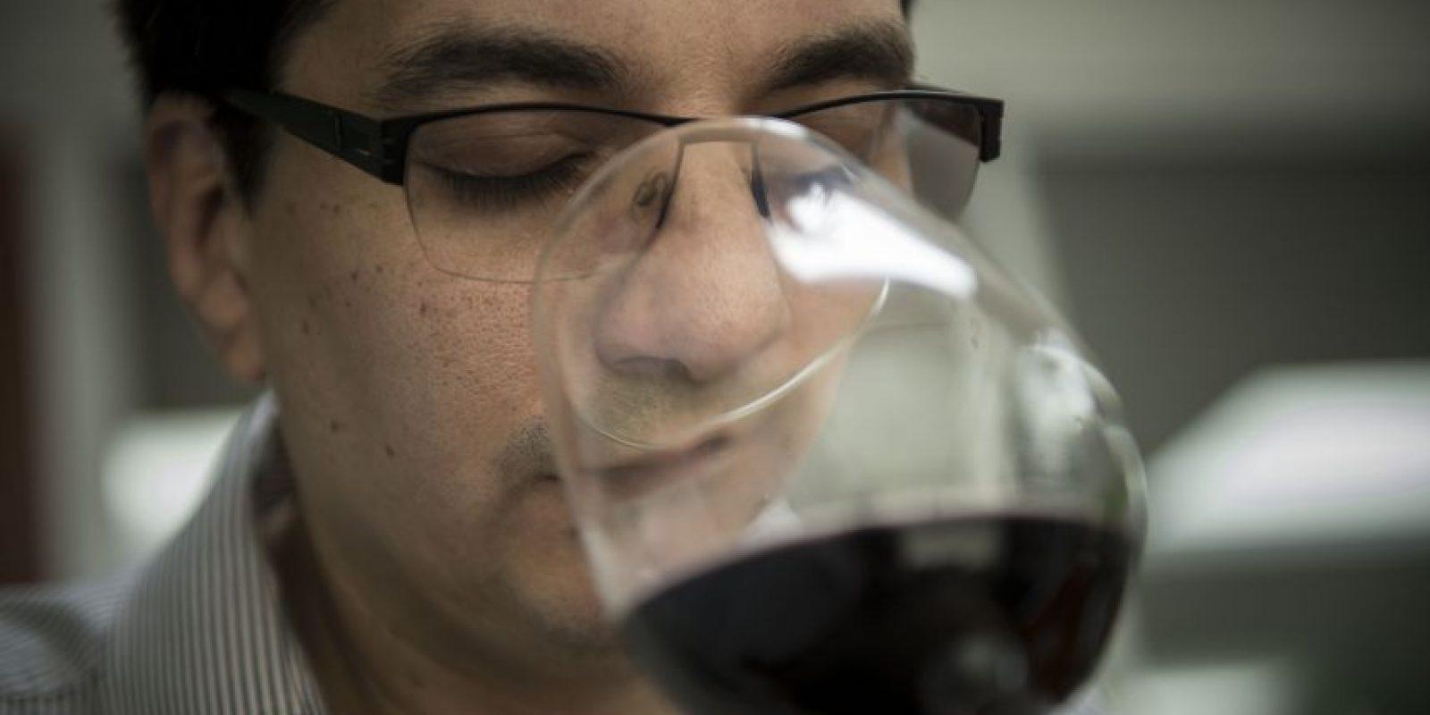De acuerdo con el somellier, Walter González, el vino abarca tus cinco sentidos, y el primer es el del olfato Foto:Oliver De Ros