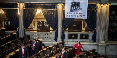 FOTOS. Líder coloca mantas en el Hemiciclo para exigir la pena de muerte y la ley de inversión