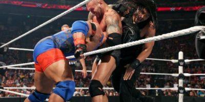 Orton cubrió a Ryback para ganar la amenaza triple, en la que también participaba Roman Reigns Foto:WWE