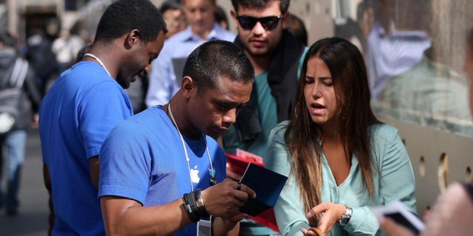 Esta escena es recurrente para comprar un iPhone o iPad. Foto:Getty Images