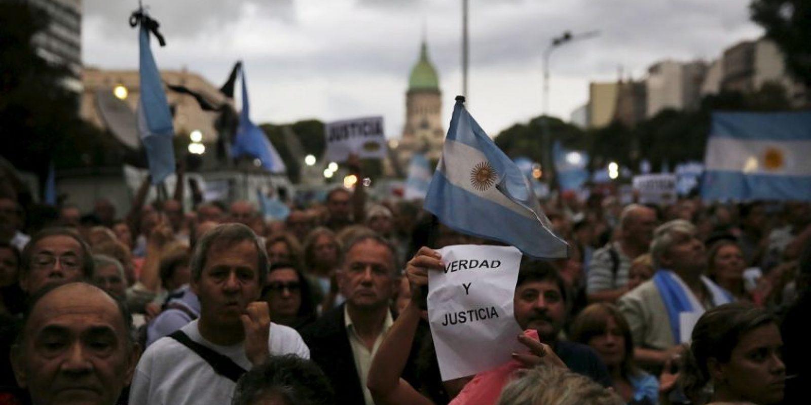 """En la calle se ven carteles con la foto y la pregunta: """"¿Todos somos Nisman?"""" Foto:GETTY"""