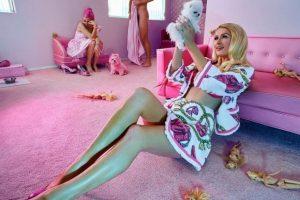 Muñecas desnudas fueron repartidas a lo largo de la habitación Foto:Instagram/parishilton