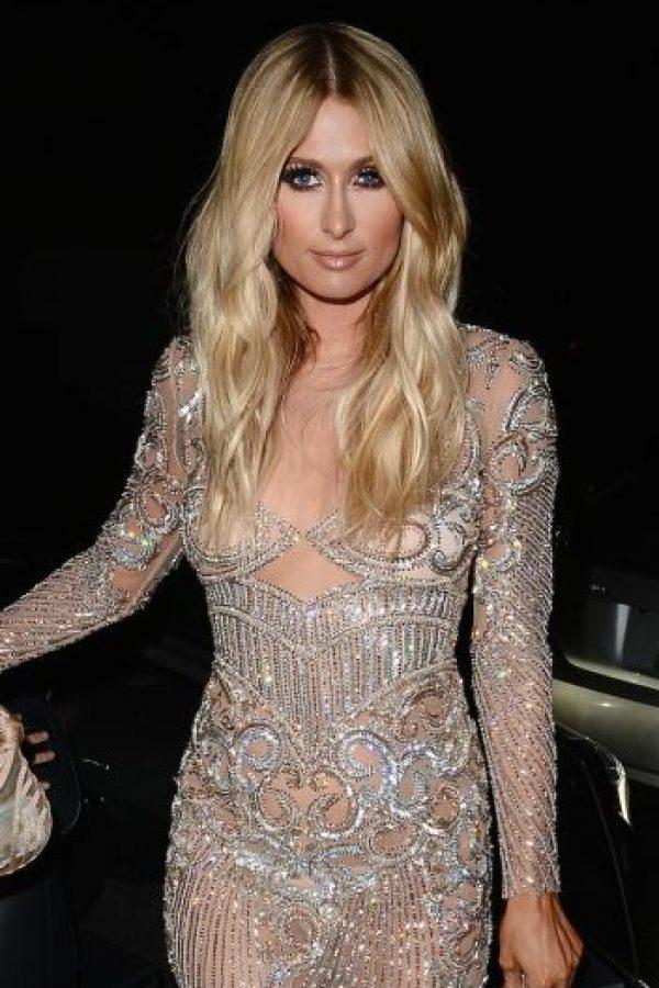 El vestido incluye adornos que cubren estratégicamente el cuerpo de Paris Foto:Grosby Group