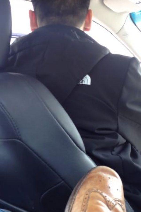 """Este, chofer perteneciente a la compañía Uber, se """"atrevió"""" a pitarle a un auto que era el de un policía. El auto estaba camuflado, pero no así de discretas fueron las reacciones de su conductor. Foto:Sanjay Seth/Youtube"""