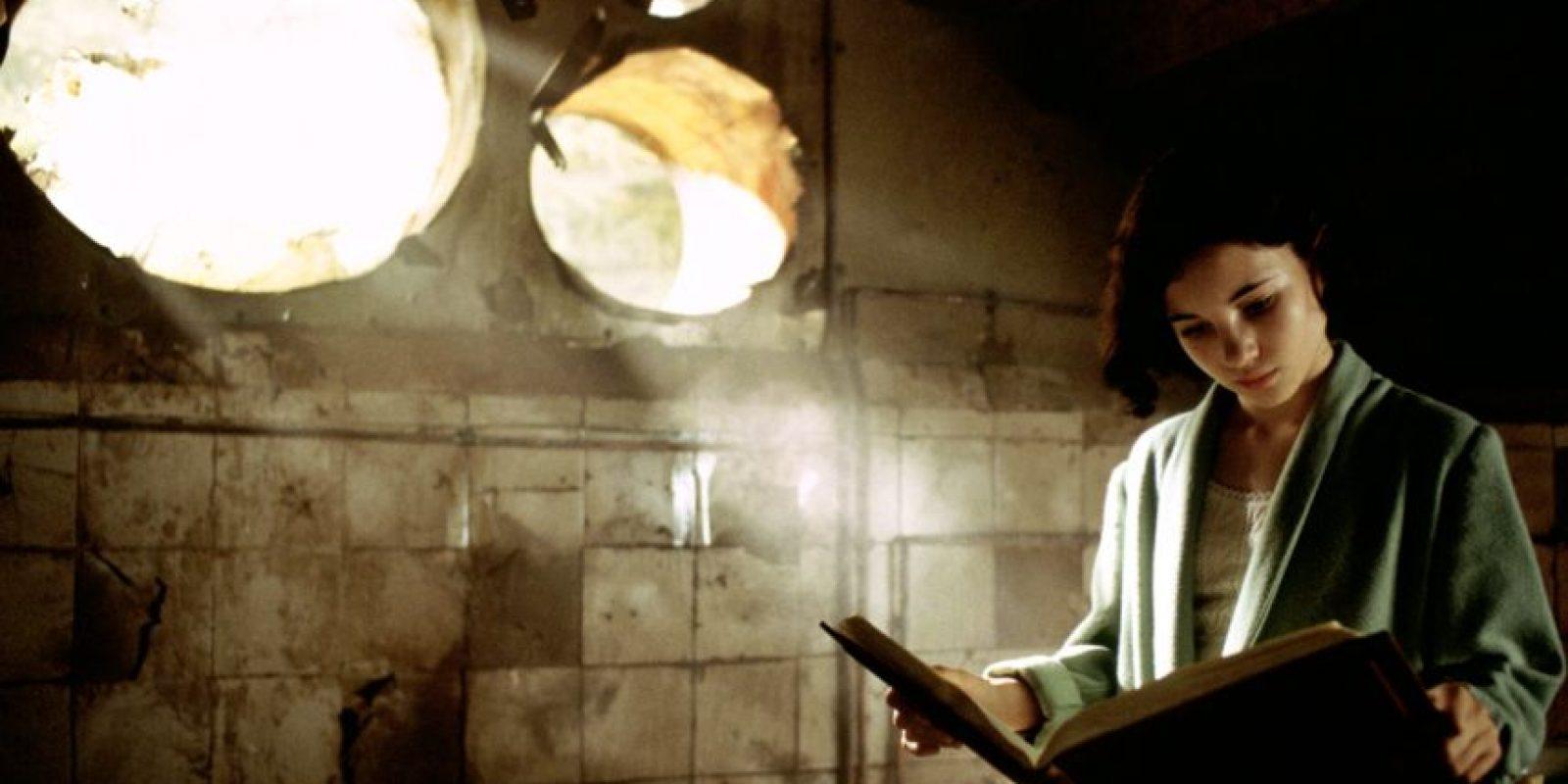 En la película estrenada en 2006 y dirigida por Guillermo del Toro, ella era hijastra de un cruel teniente español. Se encuentra con un fauno que le pone varias tareas para recuperar su lugar en su reino perdido. Foto:Warner Bros