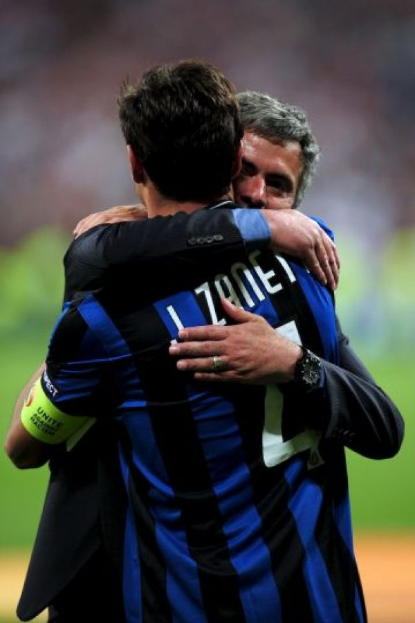 """""""Conozco jugadores de 22 años que son viejos, y otros de 37 que se mantienen jóvenes. Zanetti tenía 37 cuando dirigí al Inter, pero cuando los otros jugadores se iban cansados del entrenamiento, él se iba corriendo a su casa para quemar más energía"""", confesó Mourinho sobre el retirado defensa argentino. Foto:Getty Images"""