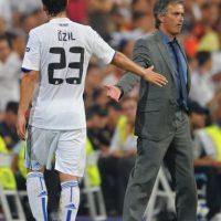 """""""Özil es único. No hay ninguna copia de él, ni siquiera una mala. Es el mejor número 10 de todo el mundo"""", confesó Mourinho en 2013. Su gran actuación con Alemania en el Mundial de 2012 convenció al entrenador de llevarlo al Real Madrid donde fue comparado con Luis Figo o Zinedine Zidane. Ya jugando para el Arsenal, el volante alemán le devolvió el favor a """"Mou"""" a quien llamó """"el mejor entrenador del mundo"""". Foto:Getty Images"""