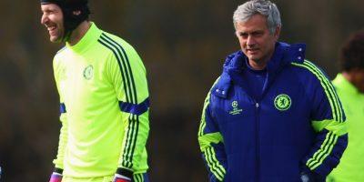 """En 2004, José Mourinho llegó a Chelsea. Entonces, decidió quitarle la titularidad a un experimentado Carlo Cudiccini con un jovencito de 22 años llamado Petr Cech. Hoy, a 11 años de aquél momento, el portero checo ya impuso varios récords en la Premier League, y es considerado uno de los pilares que han hecho de los """"Blues"""" uno de los mejores equipos en la actualidad. Ahora, Courtouis es el arquero titular de """"Mou"""", pero el legado de Cech se mantiene. Foto:Getty Images"""