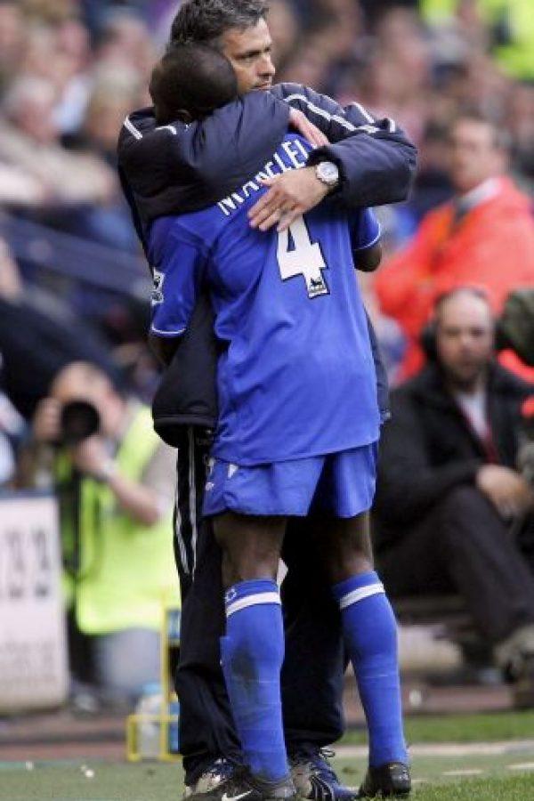 """Fue otro de los """"incondicionales"""" de Mourinho. En los 2000, Makelele redefinió la posición del volante defensivo, protegiendo al equipo de los ataques, manteniendo el balón en juego y sirviendo de balones a gente como Frank Lampard, para que iniciara el ataque de su lado. A Chelsea le costó muchos años encontrar a su sucesor, Nemanja Matic, pero sin duda, el éxito del """"Special One"""" en su primera etapa con los """"Blues"""" tiene mucho que ver con este futbolista francés. Foto:Getty Images"""