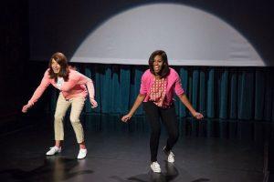 """2. En el show de Jimmy Fallon- La primera dama de Estados Unidos movió el esqueleto junto con el presentador Jimmy Fallon, esto al realizar la coreografía """"Evolution of Mom Dancing"""". Foto:Captura de pantalla"""