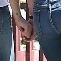 Los paparazzi captan el momento en que la pareja se toma de las manos. Foto:Grosby Group