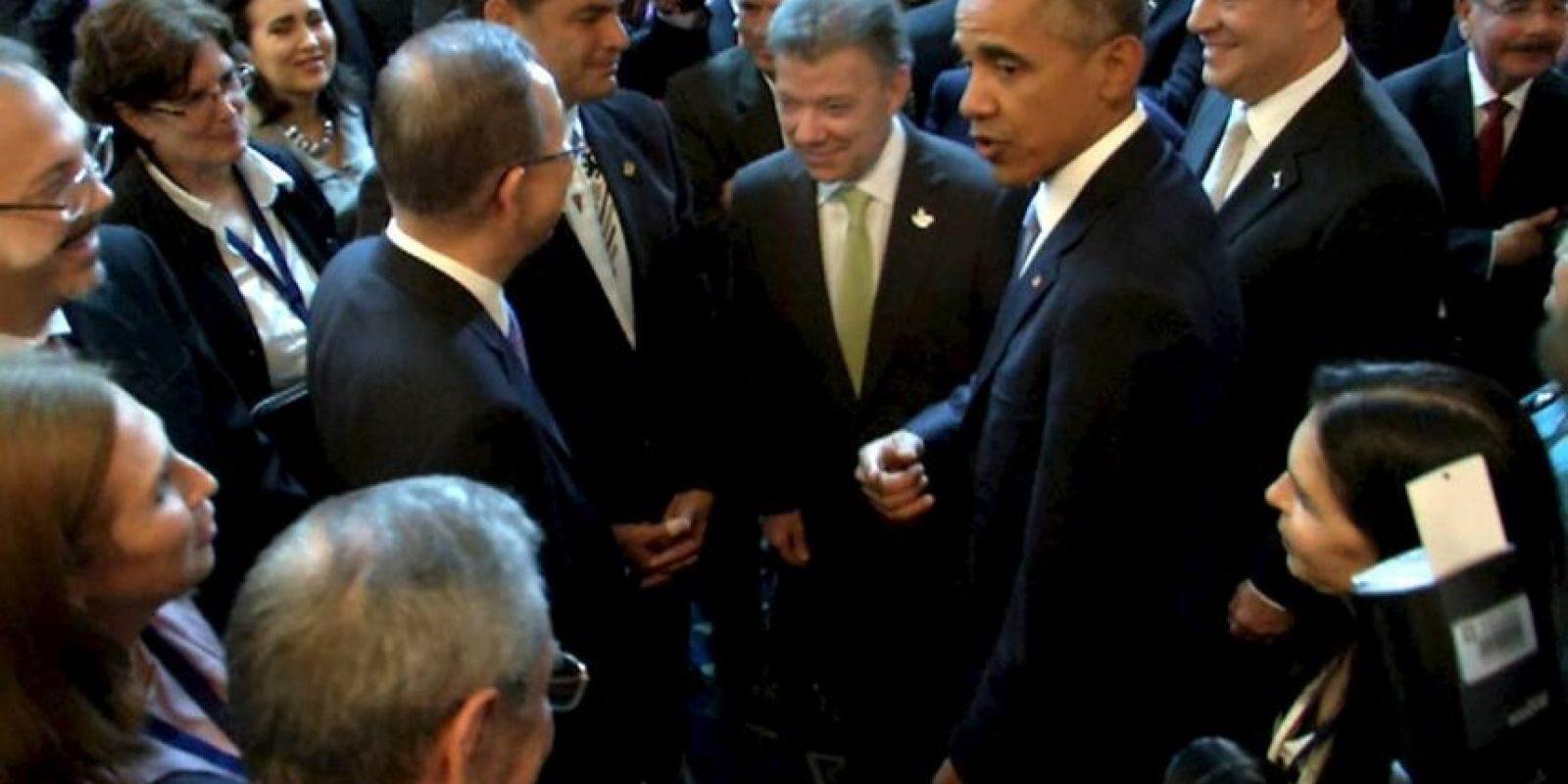Miradas entre Obama y Castro Foto:AP