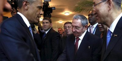 Momento Histórico el apretón de manos entre Obama y Castro Foto:AFP