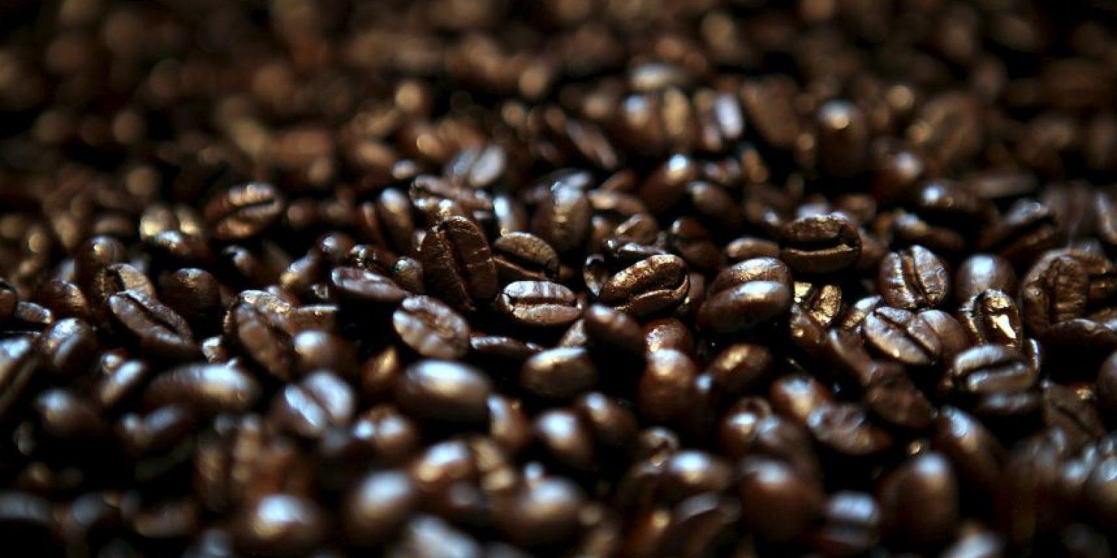 Gracias a su textura y a la cafeína, los granos de café molidos son muy buenos para exfoliar la piel Foto:Getty Images