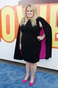 Rebel Wilson y su capa rosa Foto: Getty Images