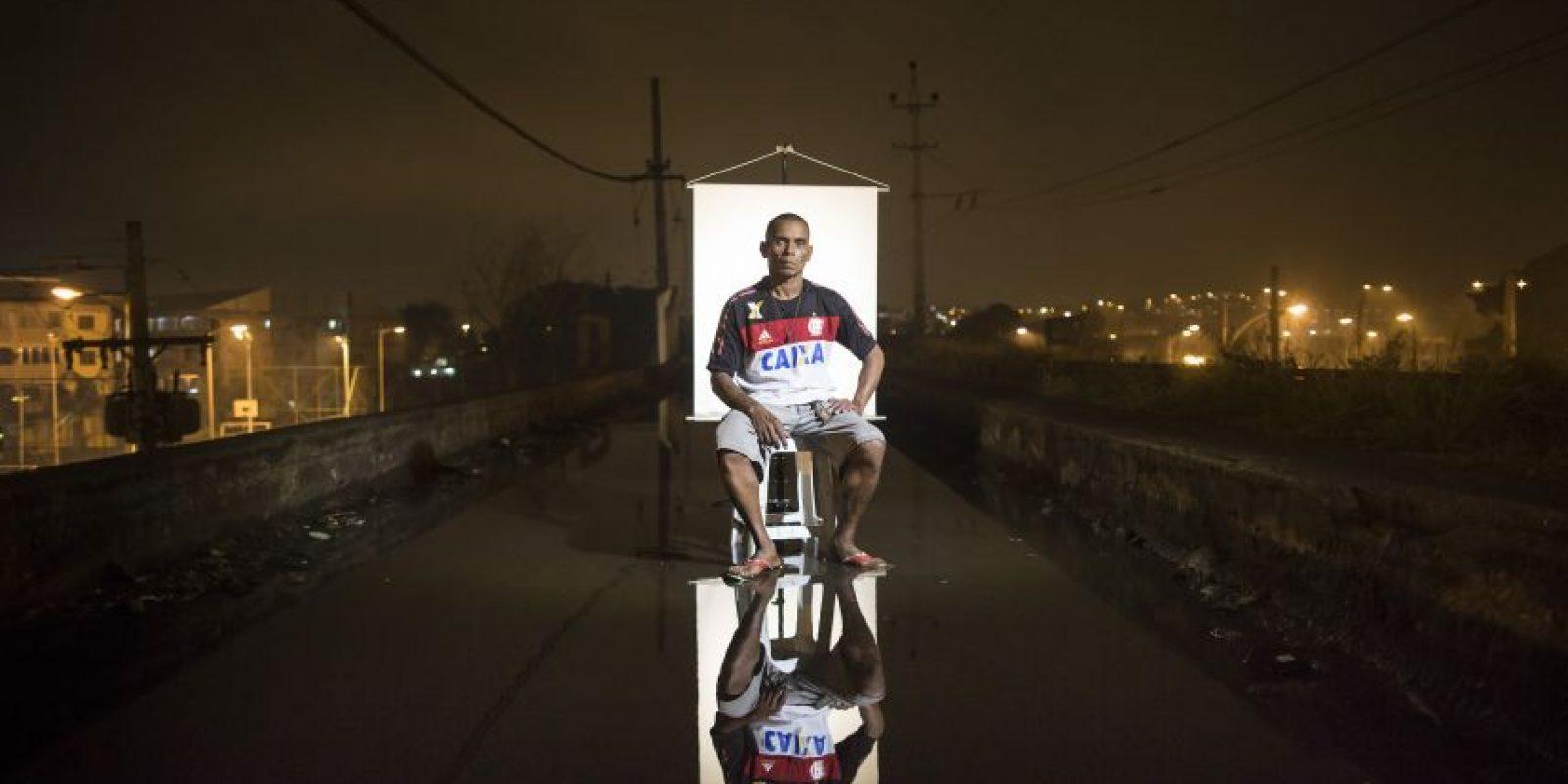"""En esta imagen, tomada el 17 de marzo de 2015, Eduardo Santos de Souza, de 46 años, posa para una fotografía en un punto de venta de crack al aire libre, conocido como """"cracolandia"""", donde los clientes pueden comprar la droga y fumarla a plena vista, de día o de noche, en Río de Janeiro, Brasil. Foto:AP/ Felipe Dana"""