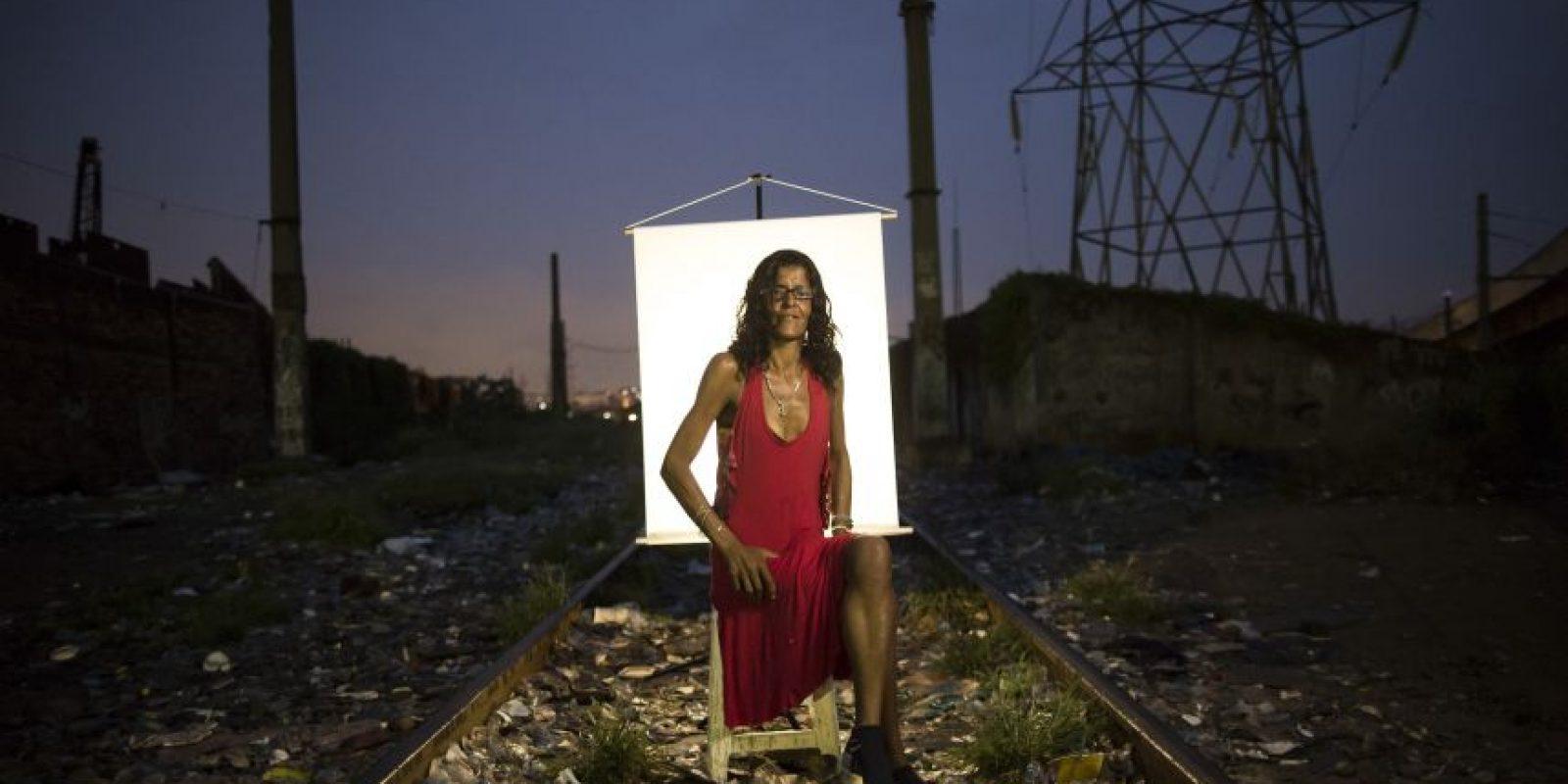"""En esta imagen, tomada el 17 de marzo de 2015, Daniela Pinto, de 39 años, posa para una fotografía en un punto de venta de crack al aire libre, conocido como """"cracolandia"""", donde los clientes pueden comprar la droga y fumarla a plena vista, de día o de noche, y que además es el lugar donde vive desde hace cuatro meses, en Río de Janeiro, Brasil. Foto:AP/ Felipe Dana"""