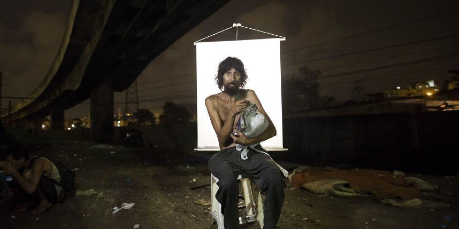 """En esta imagen, tomada el 17 de marzo de 2015, Renato Dias, de 39 años, escribe en su cuaderno mientras posa para una fotografía en un punto de venta de crack al aire libre, conocido como """"cracolandia"""", donde los clientes pueden comprar la droga y fumarla a plena vista, de día o de noche, en Río de Janeiro, Brasil. Foto:AP/ Felipe Dana"""