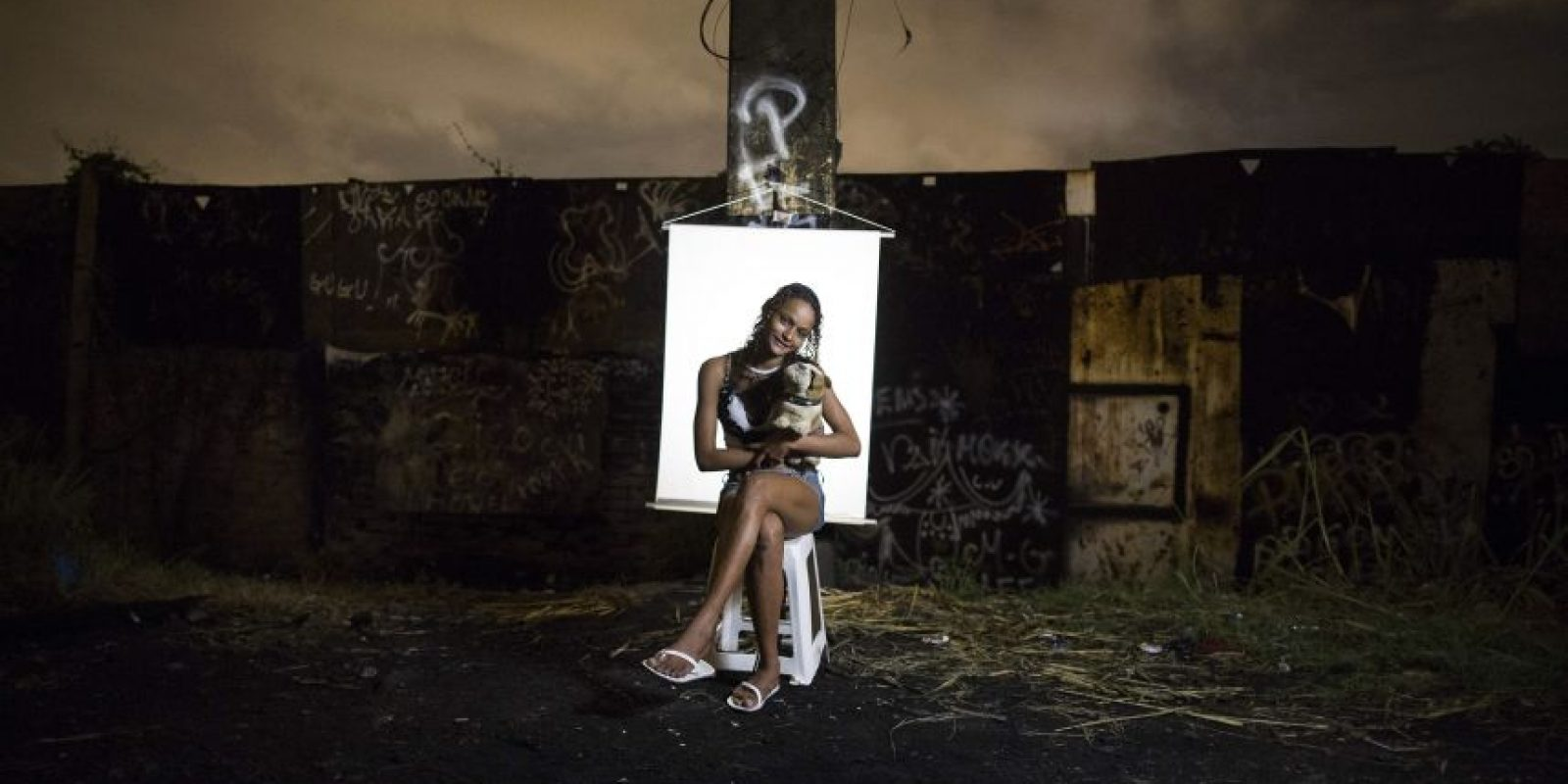 """En esta imagen, tomada el 18 de marzo de 2015, Ketellin Silva, de 17 años y madre de un bebé de tres, posa para una fotografía en un punto de venta de crack al aire libre, conocido como """"cracolandia"""", donde los clientes pueden comprar la droga y fumarla a plena vista, de día o de noche, en Río de Janeiro, Brasil. Foto:AP/ Felipe Dana"""