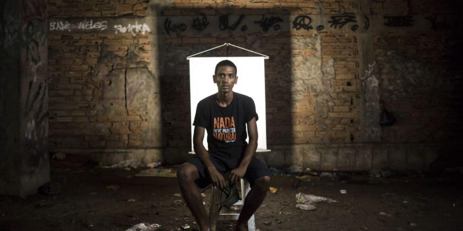 """En esta imagen, tomada el 17 de marzo de 2015, Anderson Pereira, de 23 años, posa para una fotografía en un punto de venta de crack al aire libre, conocido como """"cracolandia"""", donde los clientes pueden comprar la droga y fumarla a plena vista, de día o de noche, en Río de Janeiro, Brasil. Foto:AP/ Felipe Dana"""