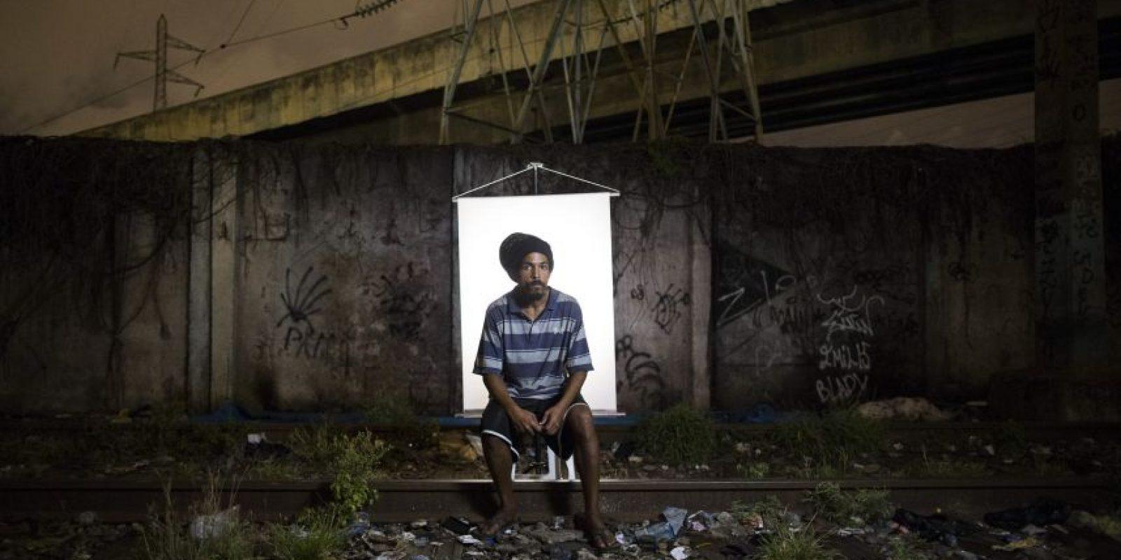 """En esta imagen, tomada el 18 de marzo de 2015, Douglas Wallace, de 26 años, posa para una fotografía en un punto de venta de crack al aire libre, conocido como """"cracolandia"""", donde los clientes pueden comprar la droga y fumarla a plena vista, de día o de noche, en Río de Janeiro, Brasil. Foto:AP/ Felipe Dana"""