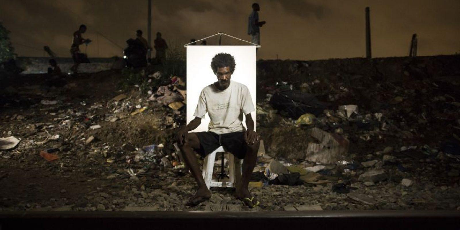 """En esta imagen, tomada el 17 de marzo de 2015, Jose Mauricio Oliveira, de 41 años, posa para una fotografía en un punto de venta de crack al aire libre, conocido como """"cracolandia"""", donde los clientes pueden comprar la droga y fumarla a plena vista, de día o de noche, en Río de Janeiro, Brasil. Foto:AP/ Felipe Dana"""
