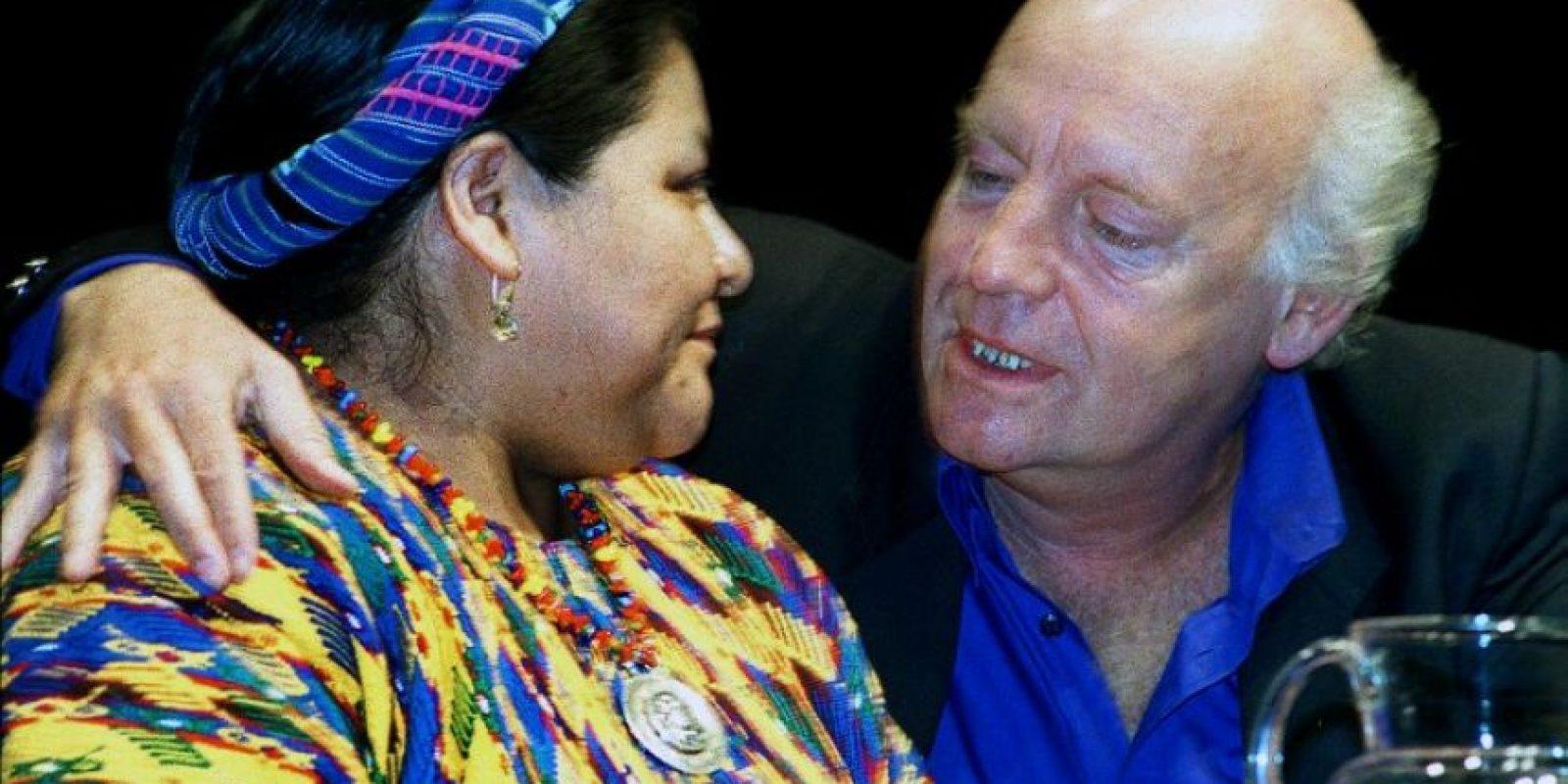 Con Rigoberta Menchú, Premio Nobel de la Paz en 1992 Foto:AFP