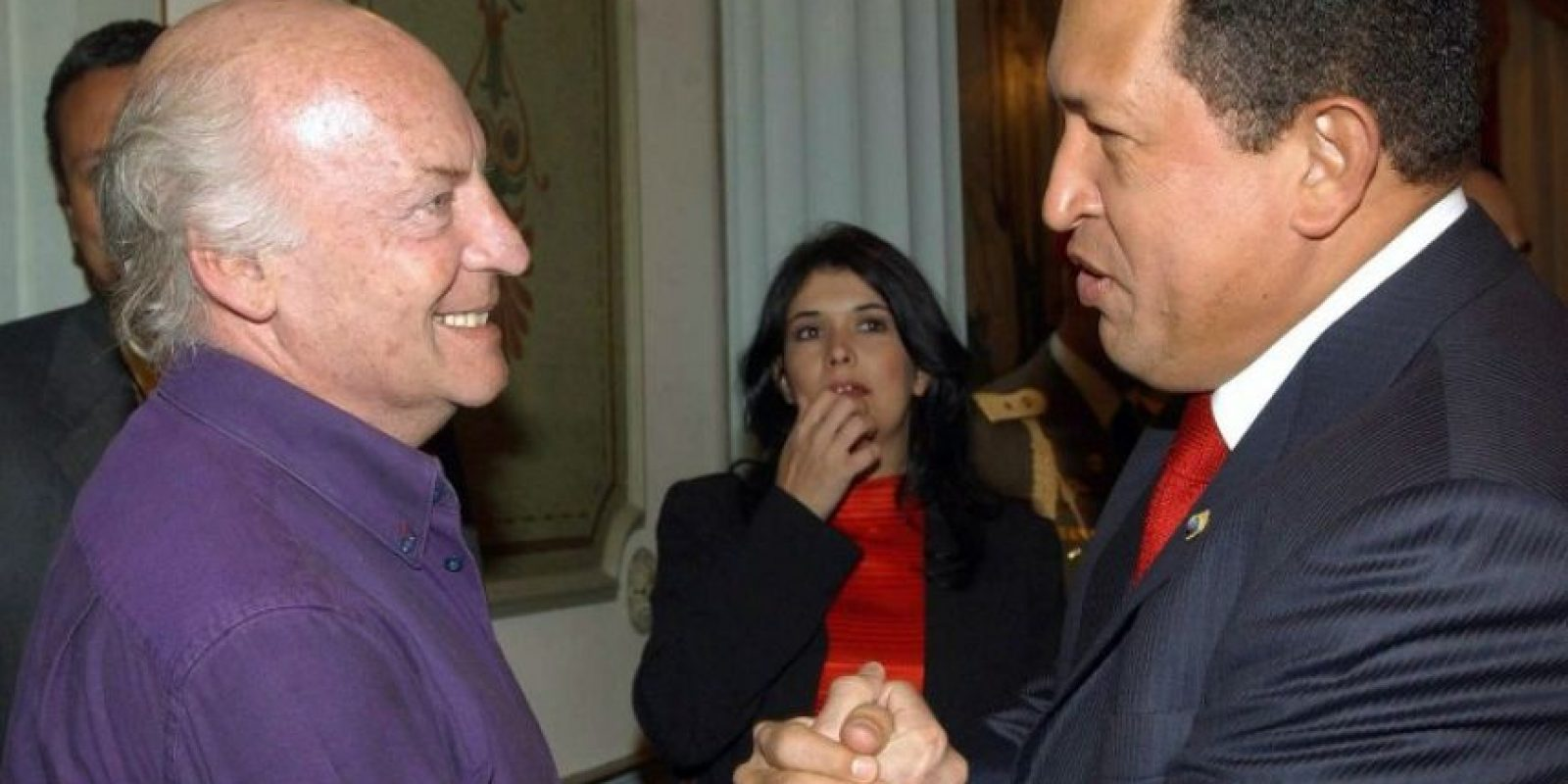 Saludando a Hugo Chávez, expresidente de Venezuela Foto:AFP