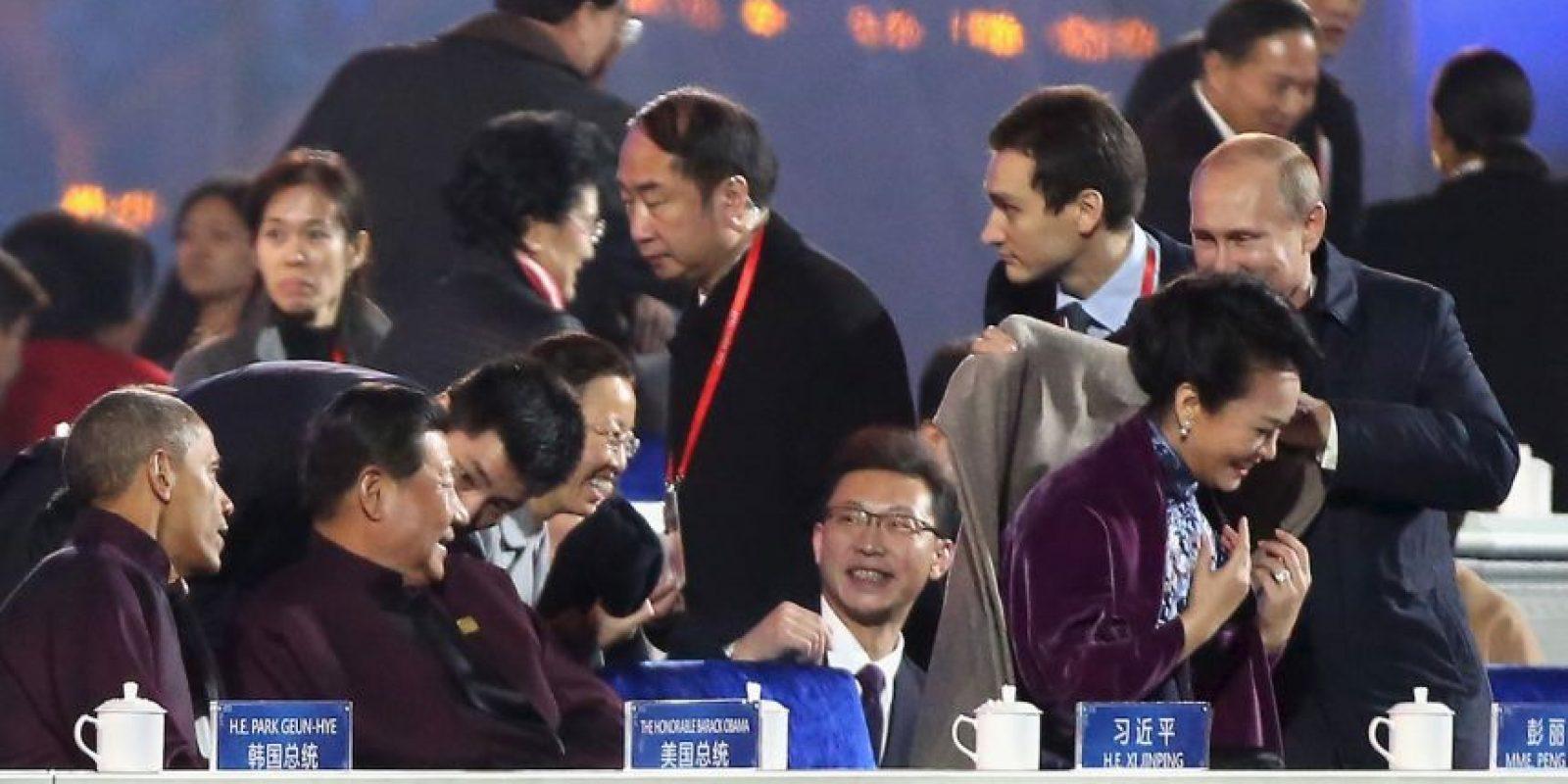 Esta imagen causó polémica entre la sociedad china ya que muestra al presidente de Rusia ofreciendo una manta a Peng Liyuan, esposa de Xi Jinping Foto:Getty Images