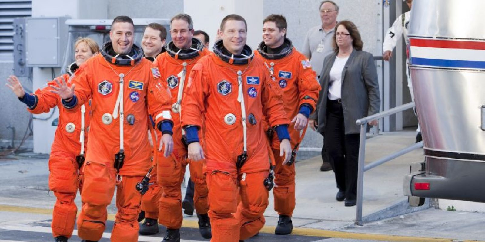 Ambos salieron al exterior de la nave para hacer un trabajo de cableado que transmitirán energía y datos desde la estación a las naves que se acoplen Foto:Getty Images